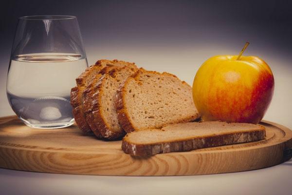 Диета на воде и хлебе: черном и белом, с лимоном, яблоками. Меню на каждый день недели для потери 10-12 кг