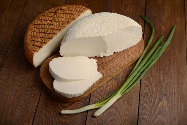 Сыр: виды и калорийность на 100 грамм: адыгейский, российский, сулугуни, колбасный, Ламбер, голландский, Моцарелла, косичка, плавленный, творожный, Маасдам, Пармезан, Фета