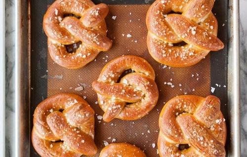Как сделать красивые булочки из дрожжевого теста с сахаром, вареньем, маком, изюмом. Фото