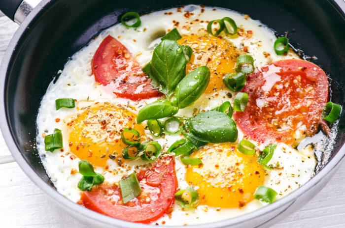Как сделать омлет из яиц с молоком на сковороде, в духовке, микроволновке. Рецепты пошагово
