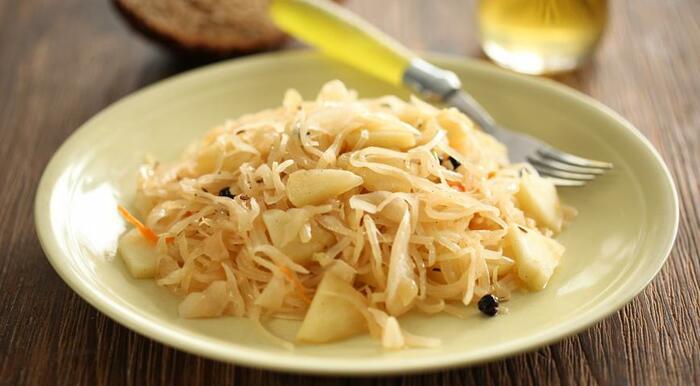 Квашеная капуста в банке. Рецепт классический в рассоле, кусками с яблоками, без уксуса. Как приготовить пошагово с фото