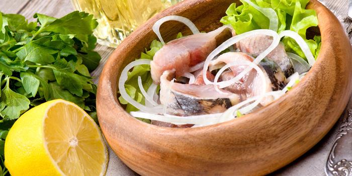 Сельдь слабосоленая сочная в маринаде. Рецепт с фото пошагово