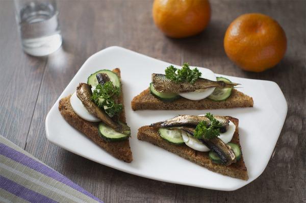 Бутерброды со шпротами. Рецепты с фото простые и вкусные, на праздничный стол