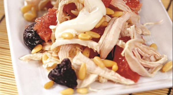 Салат с черносливом и курицей, огурцом, грибами, сыром, яйцом, слоями. Рецепт с фото пошагово