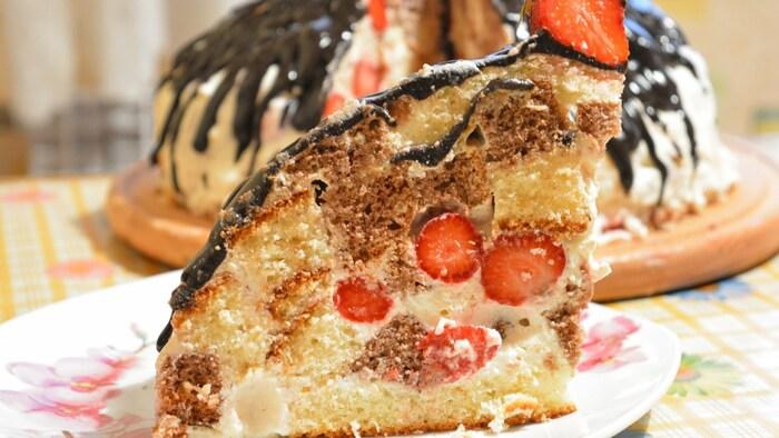 Торт Вулкан. Рецепт с заварным кремом, грецким орехом, клубникой, пошагово с фото