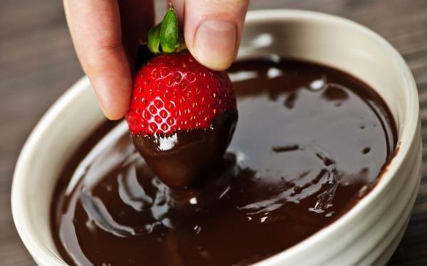 Клубника в шоколаде. Как сделать букет, торт, чизкейк в коробке, рецепты с фото