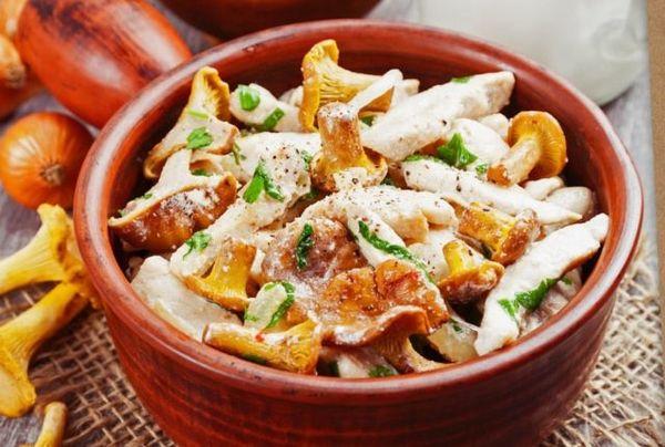 Лисички жареные со сметаной и луком, картофелем. Калорийность, рецепты в мультиварке, на сковороде