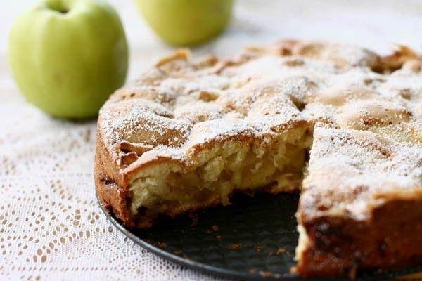 Шарлотка диетическая с яблоками. Калорийность на 100 грамм, в 1 куске, рецепт