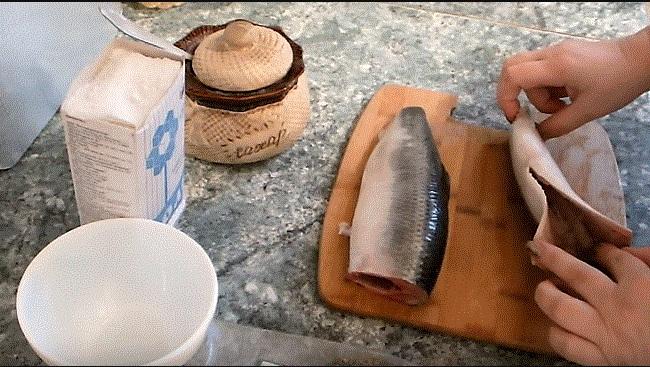 Соленая селедка. Калорийность на 100 грамм, БЖУ, польза, вред. Рецепты с луком, уксусом, маслом